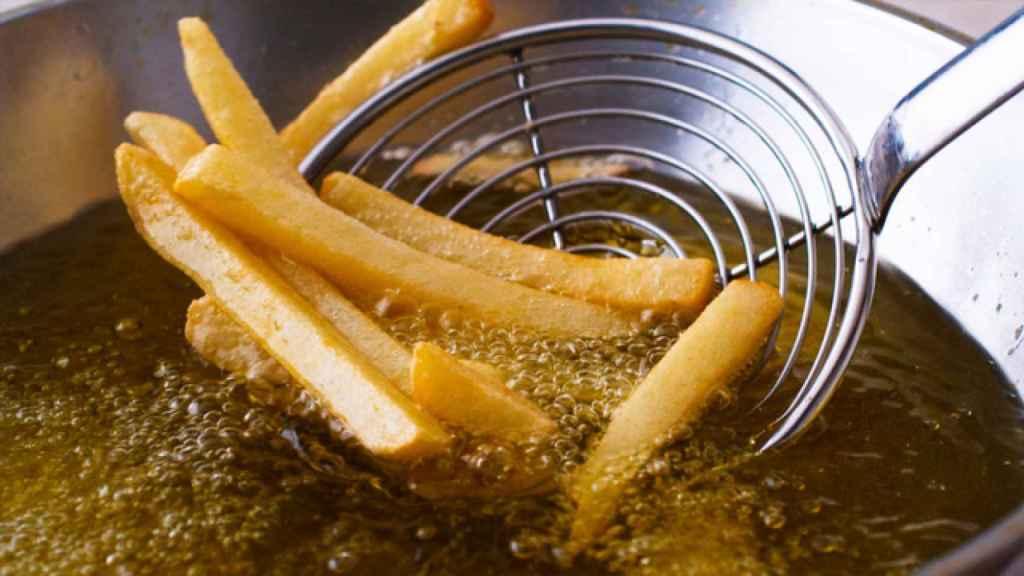 Unas patatas fritas en aceite hirviendo.
