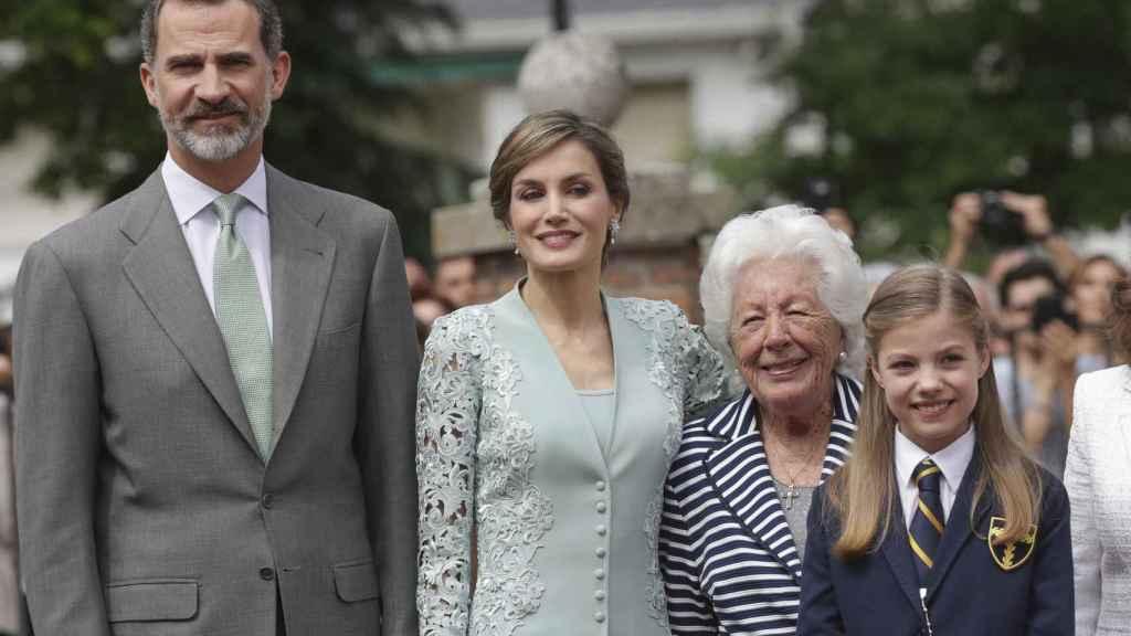 Los reyes Felipe y Letizia junto a Menchu Álvarez en la comunión de la infanta Leonor.