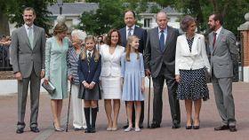 La Familia Real junto a los padres de Letizia y la abuela Menchu en la comunión de la infanta Leonor.