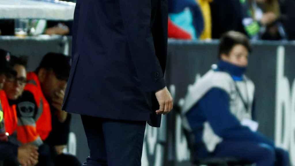 Zidane, en la banda de Butarque, dando órdenes a sus jugadores