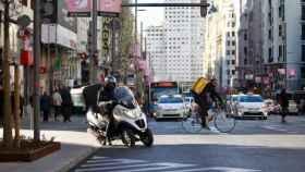 Imagen de archivo de dos 'riders' en Madrid Central.
