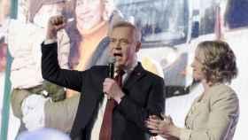 El presidente del Partido socialdemócrata finlandés Antti Rinne y su esposa asisten a la fiesta electoral en Helsinki.