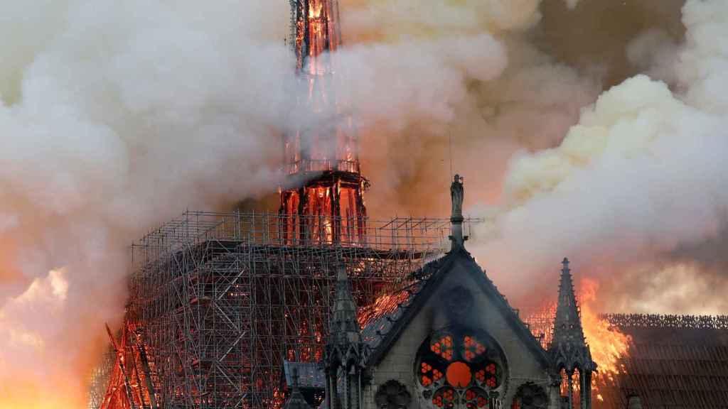 Imagen de la catedral de Notre Dame de París en llamas.