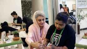Masarrat Misbah (i), enseña a una se sus estudiantes en su centro de belleza de Lahore el 2 de abril de 2019.