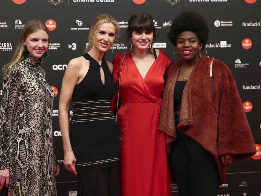 La modelo posando junto a sus tres hijas mayores, María, Paula y Romitha.