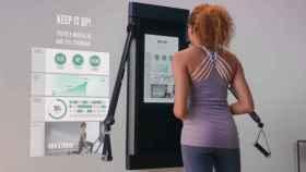 Una mujer realiza ejercicio en un gimnasio.