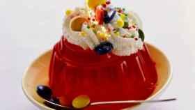 Un plato de gelatina de fresa.