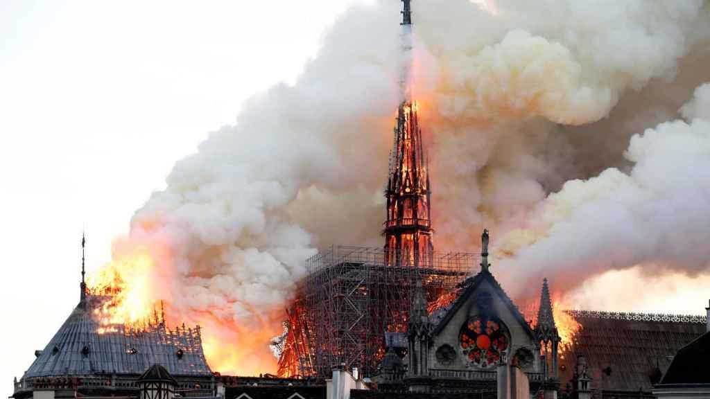 La aguja de Notre Dame, en llamas durante el incendio del pasado 15 de abril.