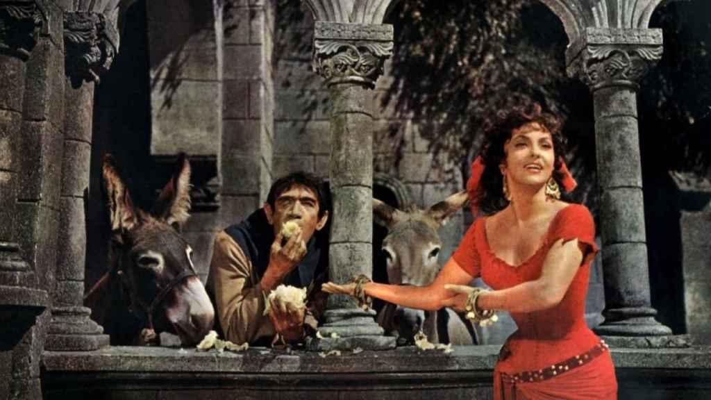 Anthony Quinn y Gina Lollobrigida, en una escena de la película 'Nuestra Señora de París' (1956).