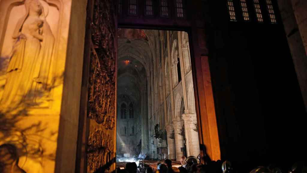 El interior de Notre Dame después del incendio
