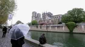 La gente se detiene a contemplar Notre Dame tras el incendio de este lunes