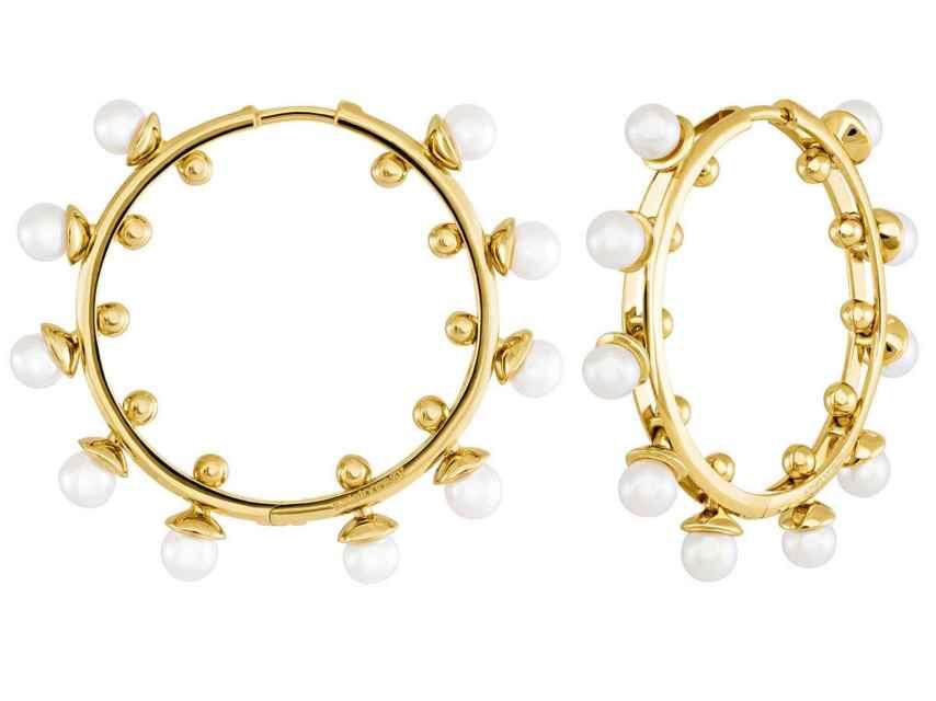 Aros maxi de oro con incrustaciones de perlas.