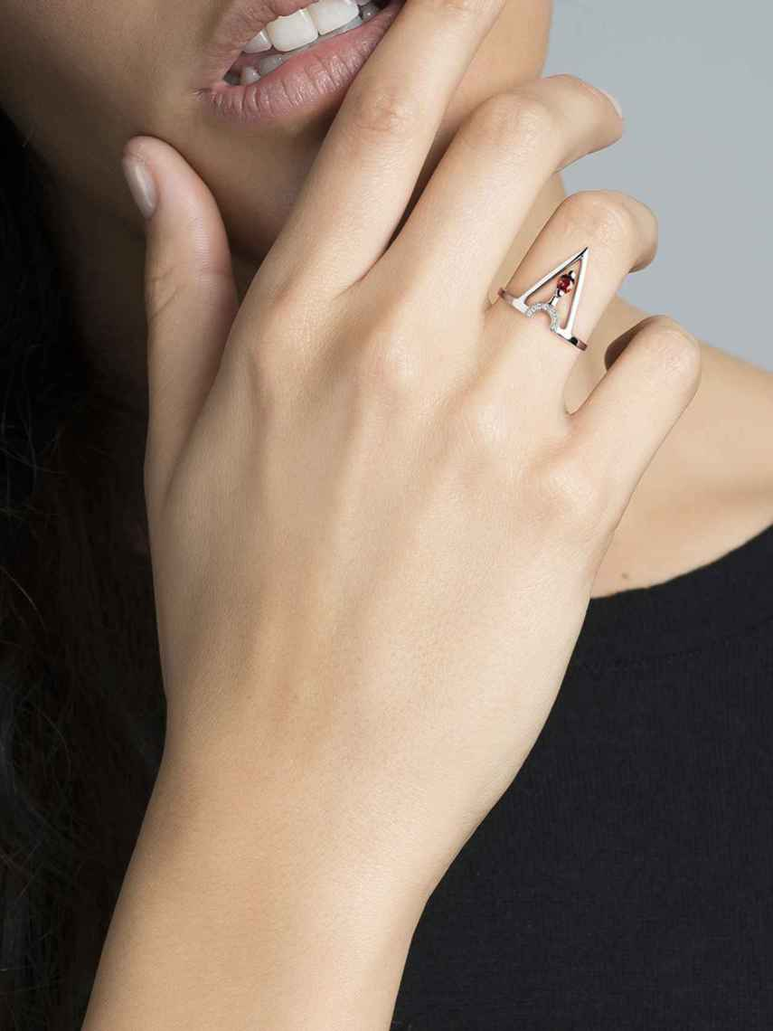 Detalle del anillo geométrico de Aristocrazy.