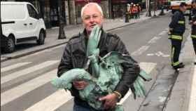 El hombre que ha encontrado el gallo que coronaba la aguja de Notre Dame.