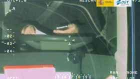 Imagen captada por la DGT de un conductor utilizando el móvil al volante.