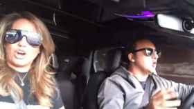 El matrimonio cantando por Camilo Sesto en su coche.