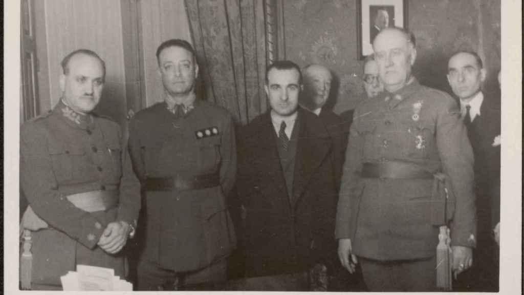 El general José Ungría, segundo por la izquierda, fue el máximo responsable del espionaje franquista en la guerra.