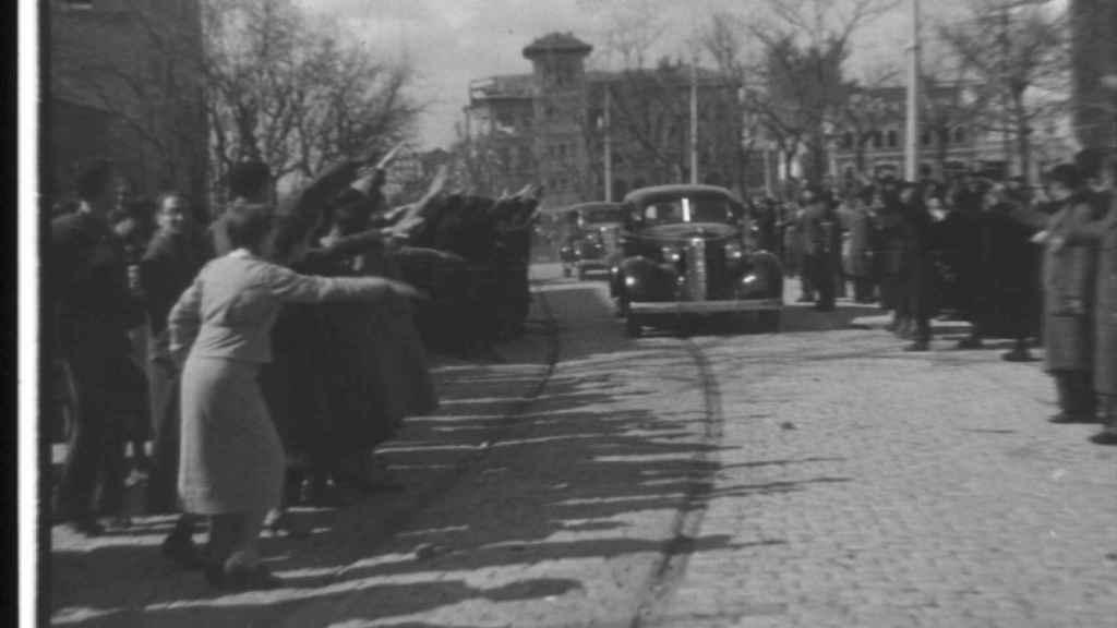 Dos coches con oficiales franquistas entran en Madrid en marzo de 1939.