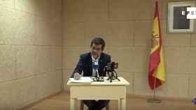 Jordi Sànchez, con una bandera de España de fondo, durante su rueda de prensa en Soto del Real.