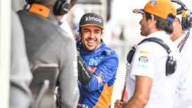 Fernando Alonso junto a Carlos Sainz durante unos test de McLaren