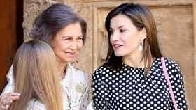 La reina Sofía y Letizia, a la salida de la catedral de Palma en abril de 2018.
