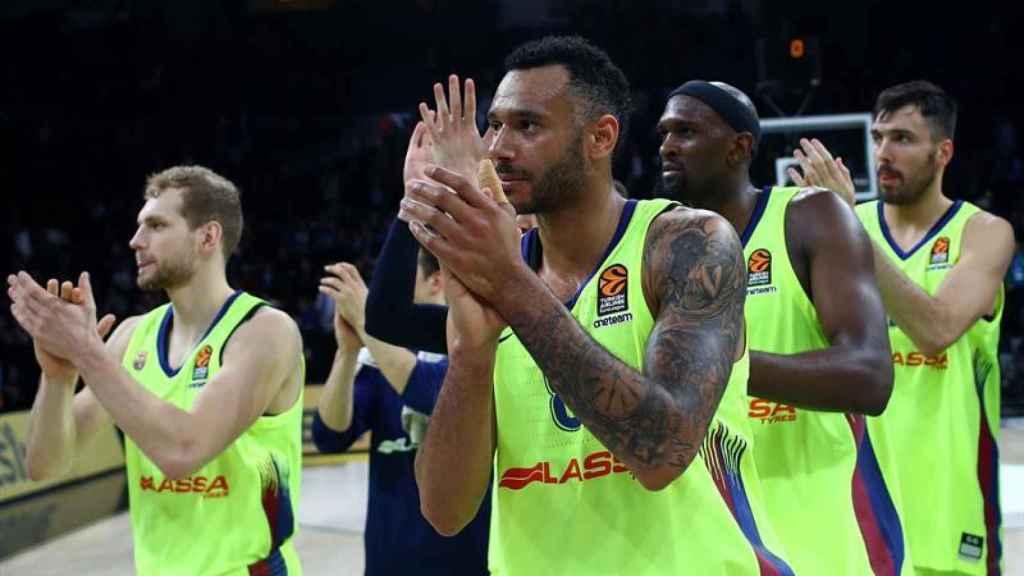 Los jugadores del Barcelona Lassa celebran la victoria contra Anadolu Efes
