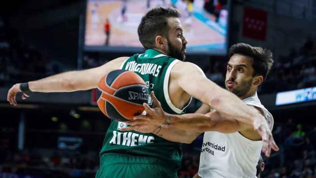 Campazzo intenta superar a su defensor del Panathinaikos