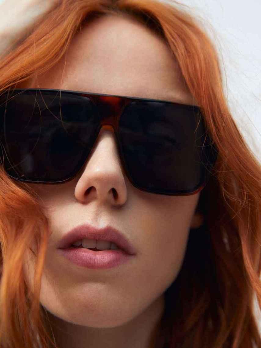 Modelo que luce las nuevas gafas de sol de Zara.