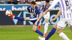 Sergi Guardiola lucha un balón con Marín en el Alavés - Valladolid