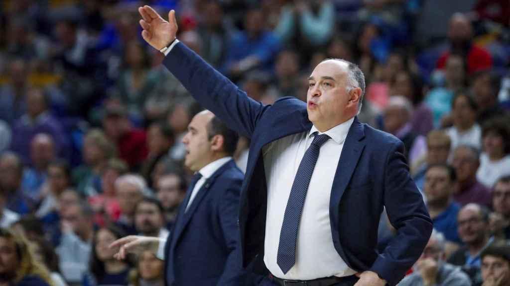 Pablo Laso da órdenes a sus jugadores ante el Panathianikos