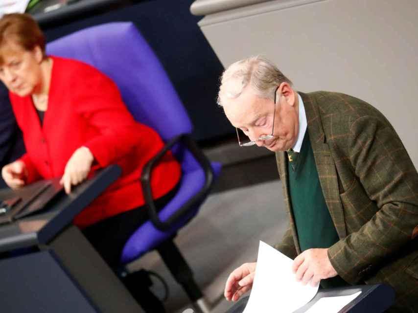 Alexander Gauland, líder de la AfD, habla desde la tribuna del Bundestag junto a Angela Merkel.