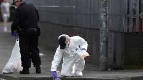 La policía científica tomando muestras en el lugar del ataque, en Derry