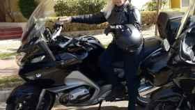 María José posa en su moto.