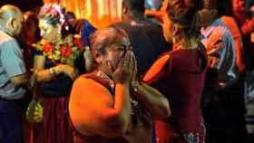 Una mujer llora desconsolada al enterarse de lo sucedido en Veracruz.