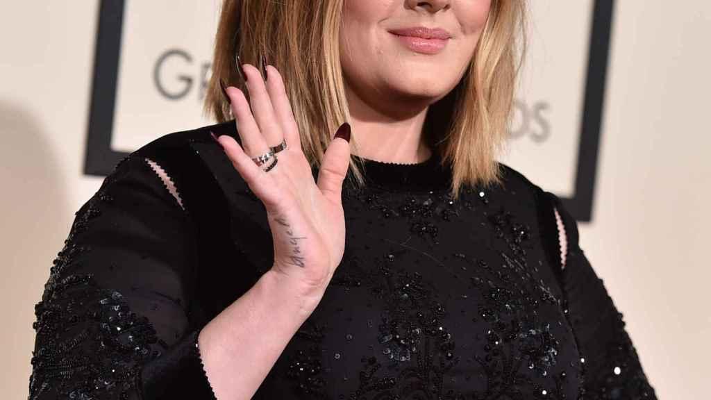 Adele en la alfombra roja de los premios GRAMMYs.