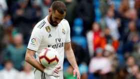 Karim Benzema se lleva el balón del Real Madrid 3-0 Athletic tras su hat-trick