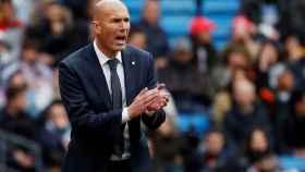 Zidane da órdenes a los jugadores del Real Madrid desde la banda