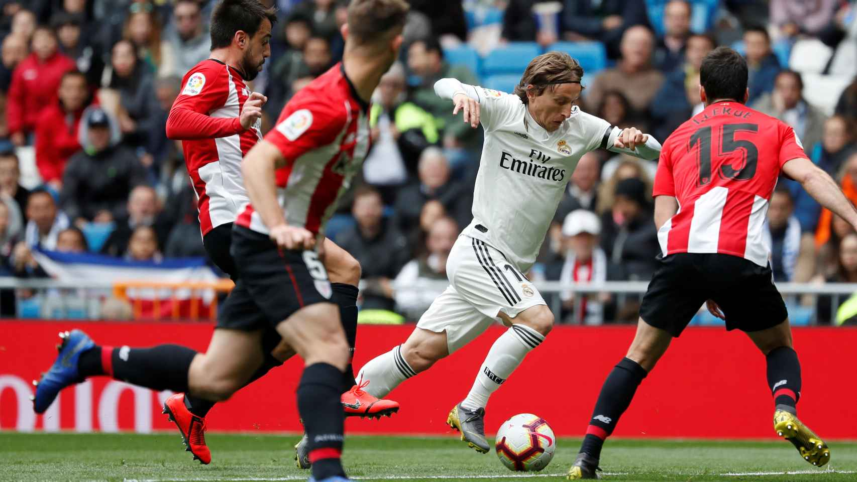 Luka Modric frente a  Inigo Lekue