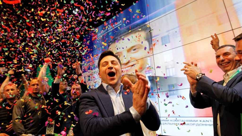 Zelenski celebra su triunfo electoral en Kiev.