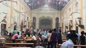 Imagen de los daños en el interior de la iglesia de St. Antony en Colombo (Sri Lanka).