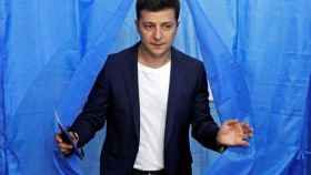 El candidato Volodímir Zelenski abandona una cabina de votación en un colegio electoral en Kiev