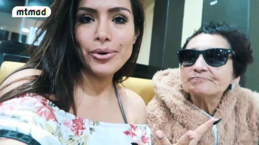 Miriam Saavedra  y su abuela en Perú.