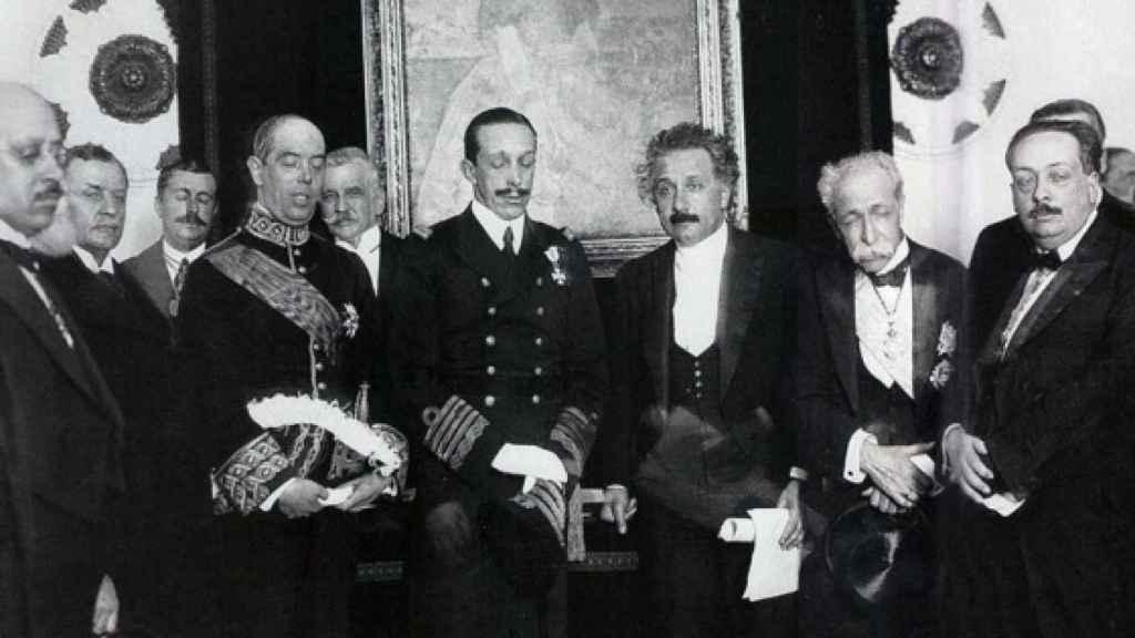 Alfonso XIII y Einstein, en el centro, durante la visita del científico a España en 1923.