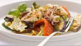 Verduras a la brasa con calamar, un plato de la dieta mediterránea.
