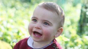 El príncipe Luis, hijo de los duques de Cambridge, en su primer cumpleaños.