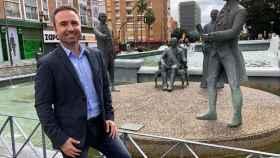 Guillermo Díaz delante de la estatua a Bernardo de Gálvez y su familia en Málaga.