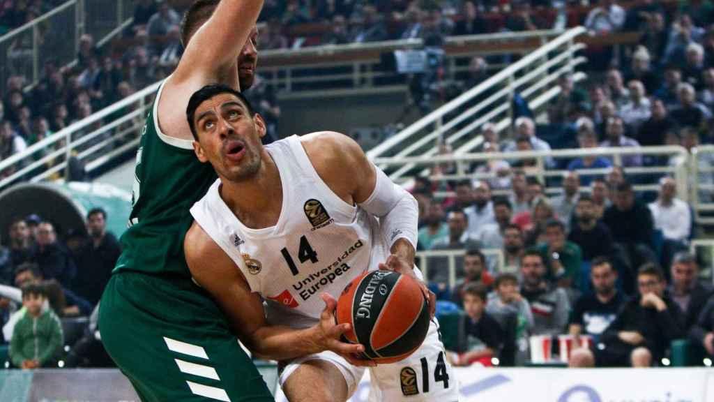 Gustavo Ayón mira a canasta en el duelo ante el Panathinaikos
