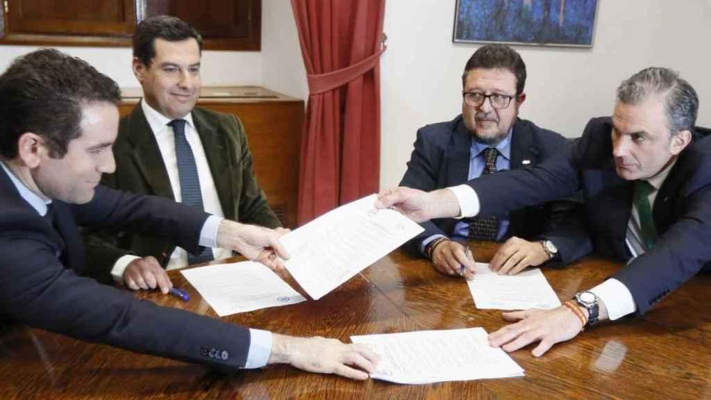 Representantes del PP y Vox cierran un acuerdo para la investidura de Juanma Moreno en Andalucía