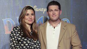 El cantante Manu Tenorio junto a su mujer Silvia Casas.
