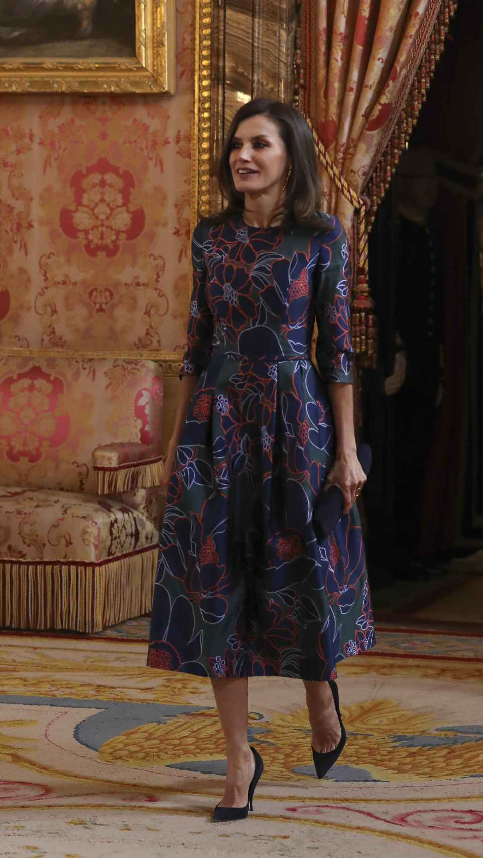 La reina Letizia ha escogido para la ocasión un vestido de Carolina Herrera.